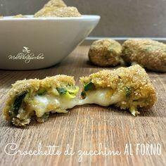 Le crocchette di zucchine al forno sono una ricetta furba, veloce ed incredibilmente saporita, perfette per utilizzare le zucchine in una veste saporita ma