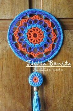 Tierra Bonita: Mandala en Crochet - Tierra Bonita Inspiration only. Love the colours. Crochet World, Crochet Home, Crochet Gifts, Crochet Motif, Diy Crochet, Crochet Doilies, Crochet Ideas, Crochet Mandela, Knitting Patterns