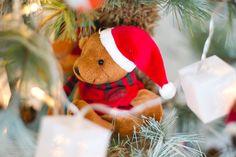 Decoração natalina com ursinho de pelúcia na árvore
