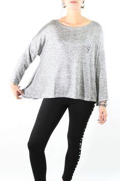 Camiseta oversize con la que irás elegante y sofisticada a la vez que cómoda. Esta camiseta resalta nuestra naturaleza más misteriosa. Tiene manga tres cuartos y un detallito de unos piercing en el pecho, que le da un toque desenfadado.