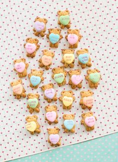 Easy and cute Valentine& Bear Graham Cookies Holding Conversation Hearts. Easy and cute Valentine& Day treat! Valentine Desserts, Valentines Day Food, Valentines Day Cookie Recipe, Valentines Treats Easy, Valentine Cookies, Valentines For Kids, Holiday Treats, Party Treats, Valentine Party