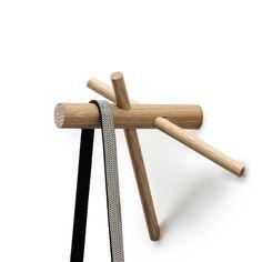 Le designer bruxellois Benoît Deneufbourg a dessiné cette petite patère de bois éditée par Normann Copenhagen. Sobre et simple dans sa conception, elle se compose de trois pièces de chêne entrecroisées à la manière des charpentes de bois. ...
