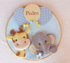 Quadro Porta de Maternidade Girafa e Elefante - Coleção Dias de Sol    **********************************************************    O quadrinho com uma girafinha e um elefantinho segurando balões com o nome do bebê é um verdadeiro encanto!  Com cores suaves, e um tema lúdico, você criará uma atm...