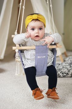 Balançoire pour bébé en tissage macramé et tissu vichy bleu marine. Fait main en France