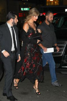 """Taylor Swift and Joe Alwyn leaving Lincoln Center in New York after the premiere of """"The Favourite"""" held at Alice Tully Hall during NYFF 2018 (September Estilo Taylor Swift, Taylor Swift Style, Taylor Alison Swift, Joe Taylor, Swift Photo, Taylor Swift Pictures, Bleached Hair, Classy Outfits, Candid"""