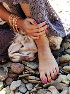 Pretty bangles and pink toes against the rocks Boho Gypsy, Hippie Boho, Bohemian, Boho Fashion, Fashion Beauty, Fashion Ideas, Pink Toes, Pink Nails, Toe Nails