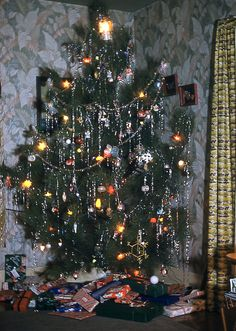 A  Vintage Tree & Gifts | 1950s