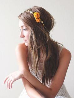 Un headband floral avec les cheveux bombés derrière la tête