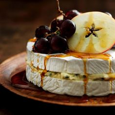 Brie og blåskimmelost opskrift med frugt og sirup - se her Dessert Recipes For Kids, Healthy Dessert Recipes, Desserts, Brie, Strawberry Pretzel, Organic Maple Syrup, Granola Bars, Saveur, Charcuterie