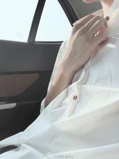 Onde Yoongi frequentava uma lanchonete na qual Jungkook era garçom. Pretty Hands, Beautiful Hands, Hand Reference, The Secret History, Aesthetic Boy, Monochrom, Ulzzang Boy, Vaporwave, Human Body