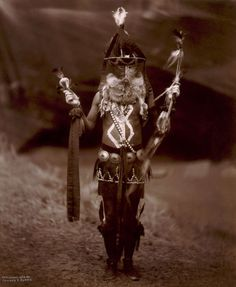 A Navajo man in ceremonial dress with mask and body paint. Photograph by Edward S. Curtis, ca. Source: Library of Congress Native American Masks, Native American History, Bizarre Stories, History Teachers, Historical Images, History Photos, People Of The World, Rare Photos, Sheriff