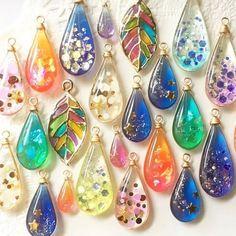 Resin Jewlery, Resin Jewelry Making, Glass Jewelry, Diy Resin Crafts, Diy Arts And Crafts, Jewelry Crafts, Beaded Beads, Beaded Jewelry, Uv Resin