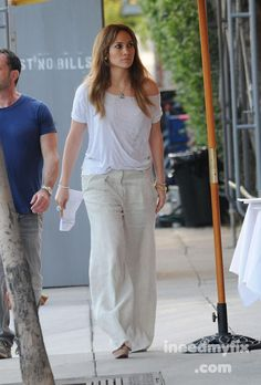 Jennifer J Lo Fashion, Japan Fashion, Fashion Pants, Fashion Outfits, Hot Day Outfit, Airport Attire, Linen Pants Outfit, Summer Outfits, Casual Outfits
