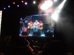 Los trompetistas en pantalla gigante.