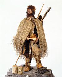 Ötzi, de ijsmummie     In de Alpen zijn hoge bergen. Er ligt eeuwig sneeuw en ijs. En er zijn gletsjers. Dat zijn stenige ijsvlaktes. In de zomer van 1991 vinden twee wandelaars daar een ijsmummie. De ijsmummie ligt daar al meer dan 5000 jaar! Hij krijgt de naam Ötzi, want zo heet het dal waar hij is gevonden.