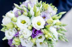 Viola, bianco e verde per questo elegante bouquet