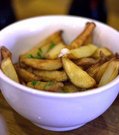 Homemade fries at Kalboni in the market (Carmel Market) Homemade Fries, Tel Aviv, Eat, Homemade French Fries, Home Fries