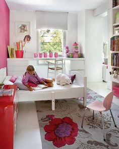 Interesting way to use desk in front of window. Saves space.