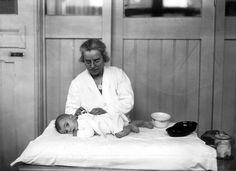 Babyverzorging in 1925 in de Bewaarplaats voor kinderen van werkende moeders aan Plantage Middenlaan in Amsterdam, van de Vereeniging Zuigelingen inrichting en Kinderhuis.
