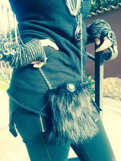tracolla in eco-pelliccia con bottone gioiello. #bijouxespresso, #plexiglass, #swarovski, #handmade
