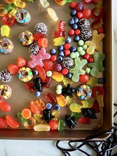 Crazy sjokoladekake i langpanne Ornament Wreath, Cookies, Baking, Desserts, Food, Caramel, Crack Crackers, Tailgate Desserts, Deserts