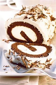Chocolate roulade with cream Chocolate Triffle Recipe, Chocolate Mouse Recipe, Chocolate Roulade, Chocolate Smoothie Recipes, White Chocolate Recipes, Chocolate Frosting Recipes, Lindt Chocolate, Chocolate Shakeology, Chocolate Crinkles