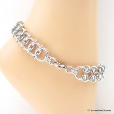The Centipede chainmaille weave is a very slinky variation on the classic European 4 in 1 weave. Large, thick 14 gauge aluminum jump rings make up the body of the centipede, while the smaller 16 gauge