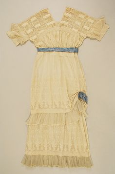 Dress Date: 1916–17 Culture: American Medium: cotton Dimensions: Length at CB: 60 in. (152.4 cm) Credit Line: Gift of Mrs. Edwin Stewart Wheeler, 1956 Accession Number: C.I.X.56.2.2a, b