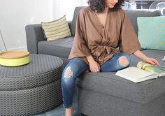Super ce kimono en suédine ! Trop sympa! Et il a été réalisé avec notre tissu ! Bravo à la réalisatrice! Suédine : http://www.les-coupons-de-saint-pierre.fr/fr/332-tissu-suedine