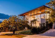 Decoração de casa, casa, arquitetura contemporânea e minimalista. Fachada, fachada de casa, plantas, plantas na fachada, grama.