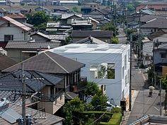 İki kişilik bir ailenin köpeği ile birlikte yaşayacağı ev, Sou Fujimoto Architects tarafından tasarlandı.