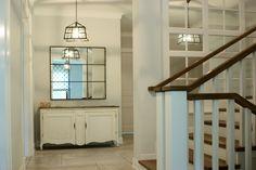 Aranżacja białego przedpokoju z klatką schodową. Przedpokój w klasycznym stylu - pomysły i inspiracje na wystrój wnętrz. Jak urządzić oryginalny korytarz.
