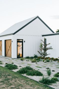 White barn in Australia with landscaped front garden by Kathleen Murphy Landscapes. White barn in Australia with landscaped front garden by Kathleen Murphy Landscapes. Barn House Design, Modern Barn House, Barn Style Houses, Barn Style Shed, Barn Houses, Shed Homes, Cabin Homes, Log Homes, White Barn