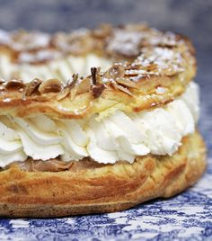Couronne de choux fourrée à la crème pralinée, le Paris-Brest est connu dans le monde entier. Découvrez comment le préparer.