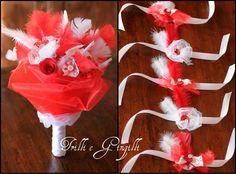 Bouquet e bracciali coordinati sui toni del rosso e bianco con piume (sintetiche) per un addio al nubilato!