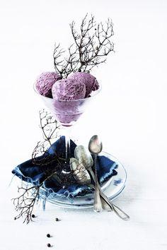 Yogurt and blue - berries ice cream