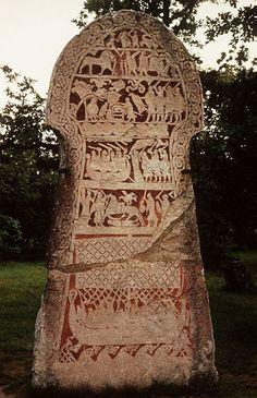 1 von 4 Bildsteinen von Stora Hammars aus dem 8. Jahrhundert auf Gotland in Schweden. Sie standen im Dorf Stora Hammars und befinden sich jetzt im Museum von Bunge. Die Steine sind bis zu 3 Meter hoch und haben einen trapezförmigen Rumpf mit einem rundlichen Kopf. Sie sind in mehreren Reihen reich verziert mit zahlreichen Abbildungen im Runensteinstil. Sie zeigen Themen aus der germanischen Götter- und Heldendichtung, Kampfszenen und andere Darstellungen, Segelschiffe, Männer auf Pferden.
