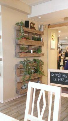 un projet diy utilisant une palette en bois, jardinière palette dans un café