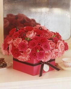 Beautiful Valentine Table Decoration Ideas: Pink Gift Box with Rose Flower for Valentine Day – Home Design Ideas Valentine Day Boxes, Valentines Flowers, Valentines Day Decorations, Flower Decorations, Happy Valentines Day, Valentine Flower Arrangements, Pink Gift Box, Red And Pink Roses, Deco Floral