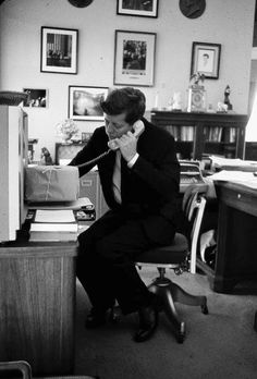 1962. Avril. By Arthur RICKERBY. JFK photographed on the phone