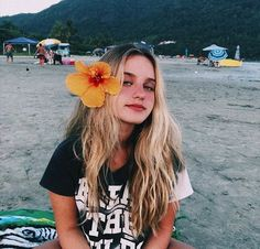 Foto tumblr na praia com flor na lateral do cabelo Beach Tumblr, Tumblr Girls, Story Instagram, Photo Instagram, Summer Pictures, Beach Pictures, Surf Hair, Beach Poses, Foto Pose
