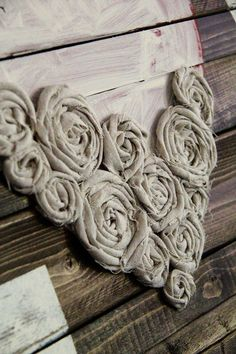 DIY Wall Art ~ LOVE Easy Craft Ideas Hot glue fabric flowers into a heart shape Diy Projects To Try, Crafts To Make, Home Crafts, Easy Crafts, Sewing Projects, Arts And Crafts, Art Projects, Diy Wand, Diy Wall Art