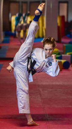 Taekwondo Girl, Karate Girl, Female Martial Artists, Martial Arts Women, Karate Shotokan, Roundhouse Kick, Self Defense Martial Arts, Self Defense Women, Barefoot Girls