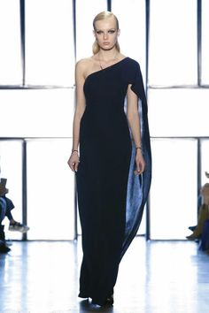 Cushnie et Ochs Ready To Wear Fall Winter 2015 New York...Wow beautiful silhouette to recreate. Imagine this in bridal fabric with embellishments that fit your wedding theme. Take these details & adjust to fit your style. Work with a seamstress to achieve this look for that ultimate bridal look.
