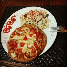 Pizza naan, macaroni salad