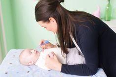 Irgendwann wird euer Baby eine verstopfte Nase haben. Das ist nicht nur besonders unangenehm, sondern kann dann gefährlich werden, wenn es deswegen nicht mehr trinken kann. Babys und Kleinkinder können Nasenschleim noch nicht selbständig rausschnäuzen. Dieser Nasensauger hilft euch, alles Störende aus der Nase des Babys rauszusaugen – mit eurem Mund. Das klingt ekliger, als es ist, denn ein eingebauter Filter schützt euch davor, das ganze Zeug plötzlich im Mund zu haben. So ein Mundsauger…