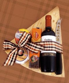 Boyfriend Gift Ideas: 50 Suggestions You Need Ideias de Presente para Namorado: 50 Sugestões Que Você Precisa Conferir! Boyfriend Gift Ideas: 50 Suggestions You Need To Check Out! Gift Baskets For Men, Themed Gift Baskets, Wine Gift Baskets, Basket Gift, Diy Food Gifts, Homemade Gifts, Craft Gifts, Homemade Gift Baskets, Christmas Gift Baskets