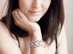 DIY-Anleitung: Perlenarmband mit Ethno-Muster weben via DaWanda.com Vintage, Earrings, Jewelry, Jewelry Making, Weaving, Handmade, Wristlets, Crafting, Ear Rings