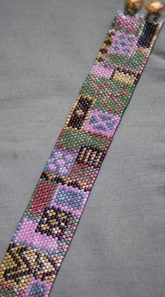 Ce bracelet mesure 7 pouces bout à bout et presque 1 pouce dépaisseur.    Il sagit dun bracelet de point peyote cousu main, chaque perle est
