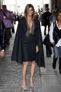 Carine Roitfeld: saia lápis, camisa chiffon, capa, sandália